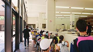 近隣の小学生の皆さんが本学を施設見学の様子